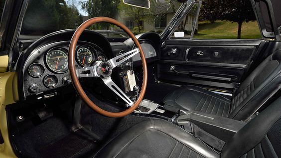 As can be seen, the interior is equally as beautiful in this 1967 Corvette.